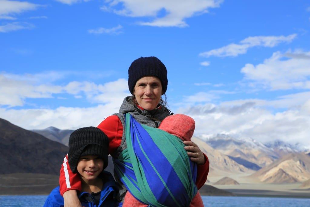 Daniela und zwei ihrer drei Kinder am Pangong-See