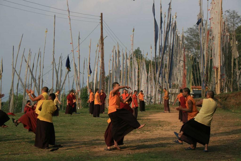 Debattierende Mönche im Kloster von Rinchenpong